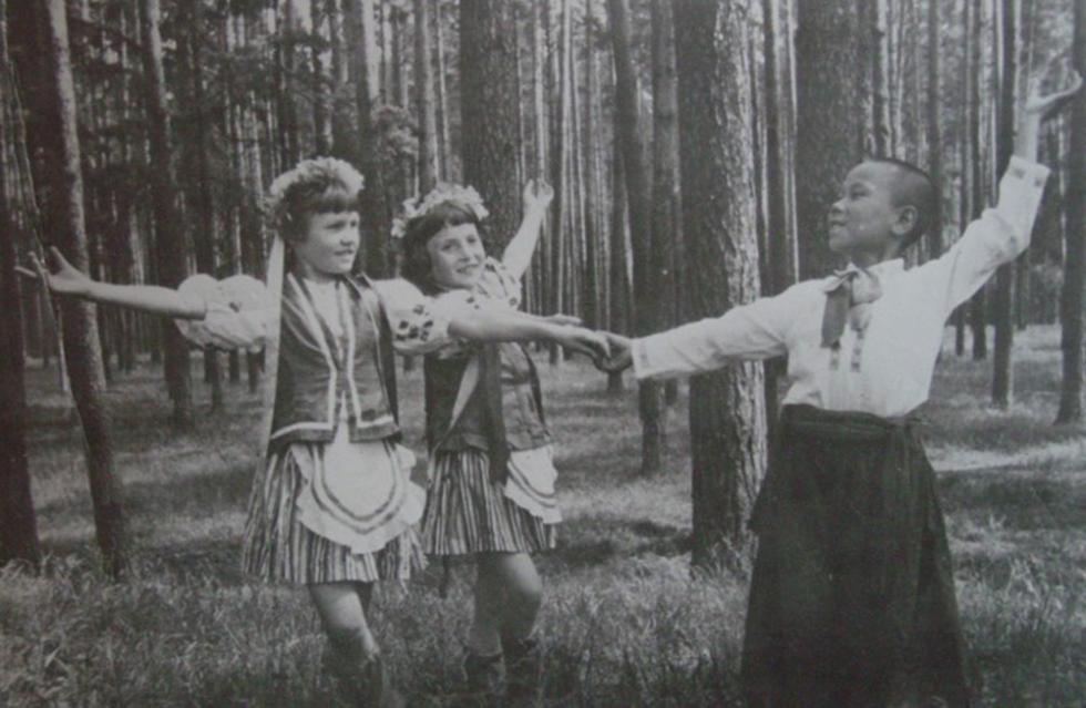 """一次在去伊万诺沃青年剧场的集体参观活动中肖苏华看到""""孩子们跳俄罗斯的三套马车,三个女孩子和一个男孩子,三匹马和一个马车夫。"""""""
