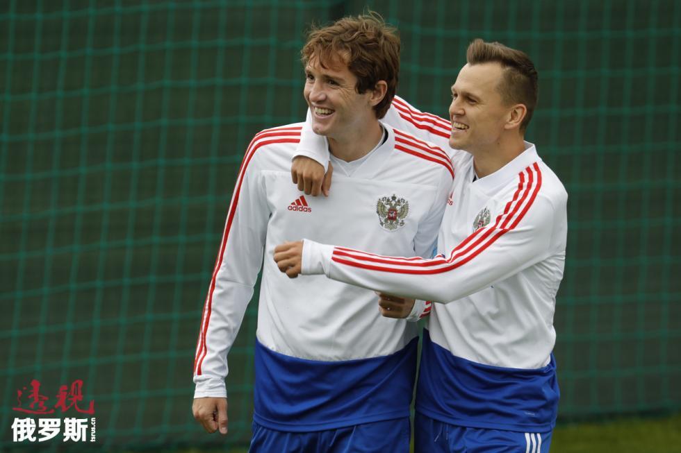 马里奥·费尔南德斯与杰尼斯·切雷舍夫(Denis Cheryshev)。图片来源:路透社