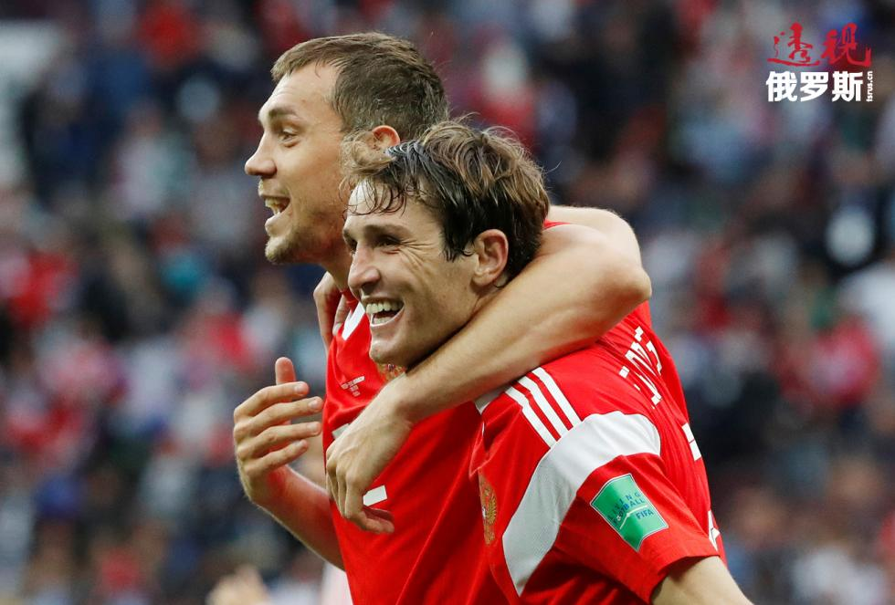 马里奥·费尔南德斯与阿尔乔姆·久巴 (Artem Dzyuba)。图片来源:路透社