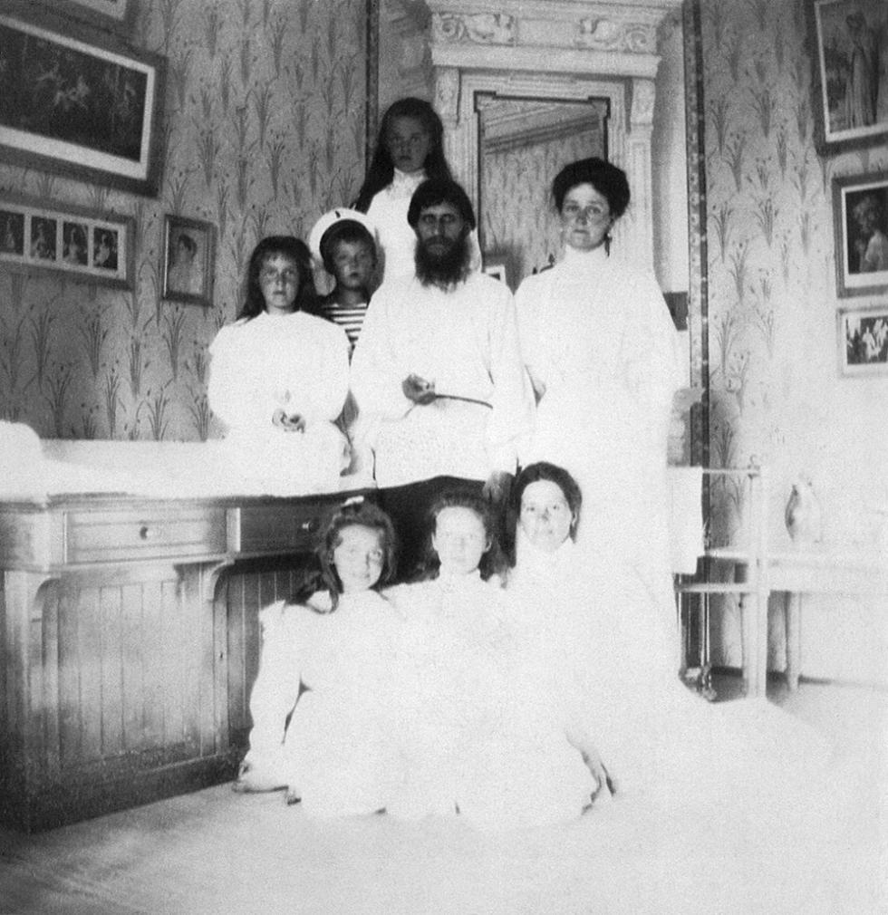 格里高利·拉斯普京、皇后亚历山德拉·费奥多罗夫娜与她的孩子、他们的家庭女教师。档案图片