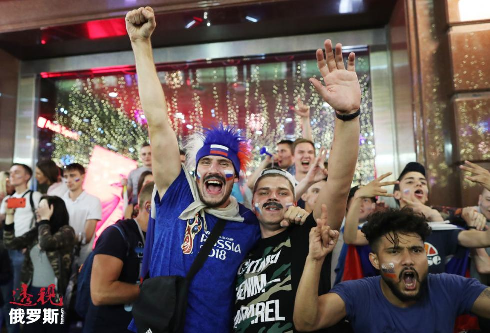 莫斯科市中心的尼克尔斯卡娅街成为足球狂欢的中心。图片来源:Ilya Pitalev/俄新社