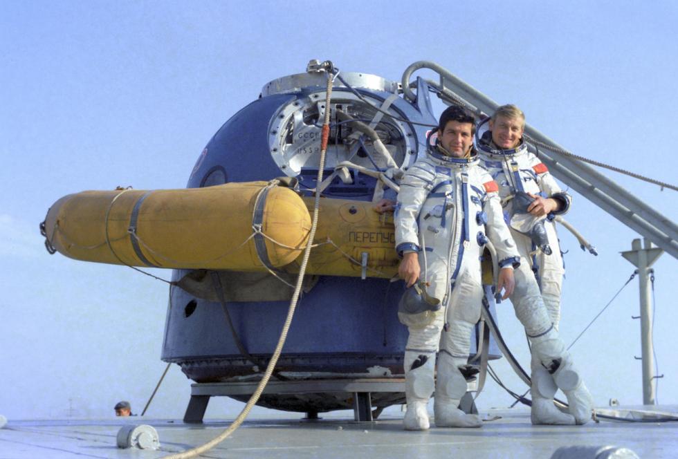 苏联宇航员彼得·克利穆克(Pyotr Klimuk)与波兰宇航员米罗斯拉夫·赫尔马舍夫斯基(Mirosław Hermaszewski)。图片来源:Alexander Mokletsov/俄新社