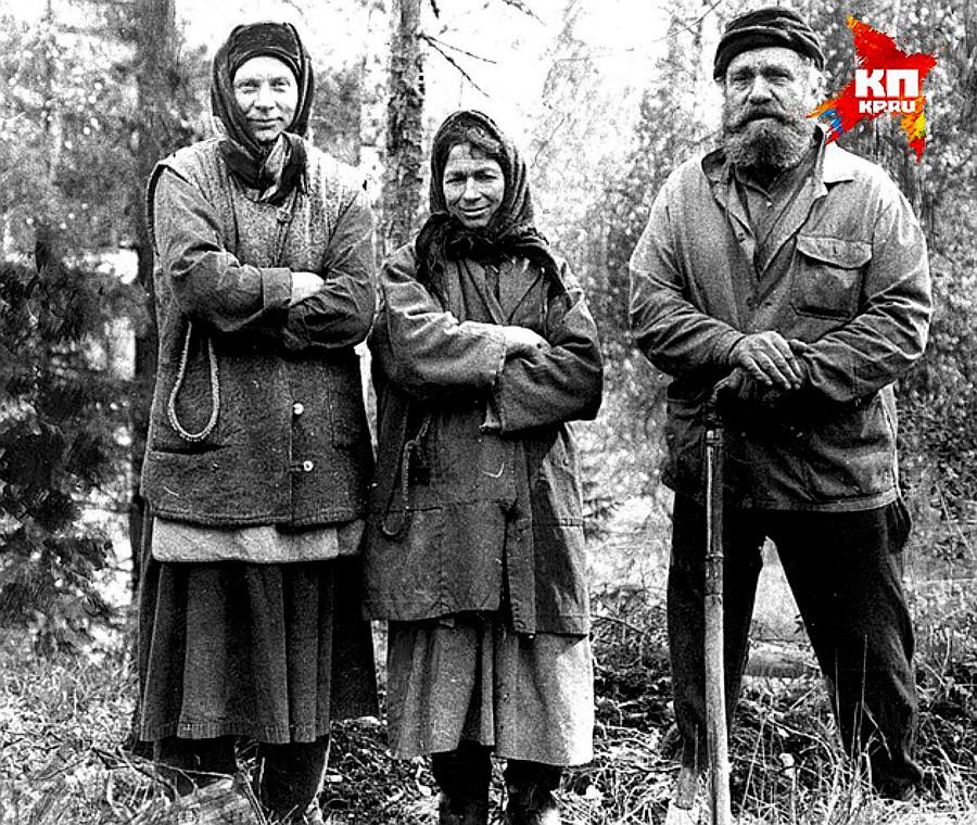 1982年,阿加菲娅(中)与他的父亲卡尔普·雷科夫。图片来源:kp.ru