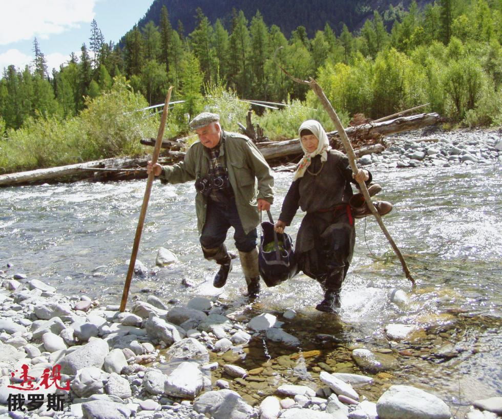 2004年,阿加菲娅·雷科娃与记者瓦西里·佩斯科夫。图片来源:Vladimir Shelkov / 塔斯社