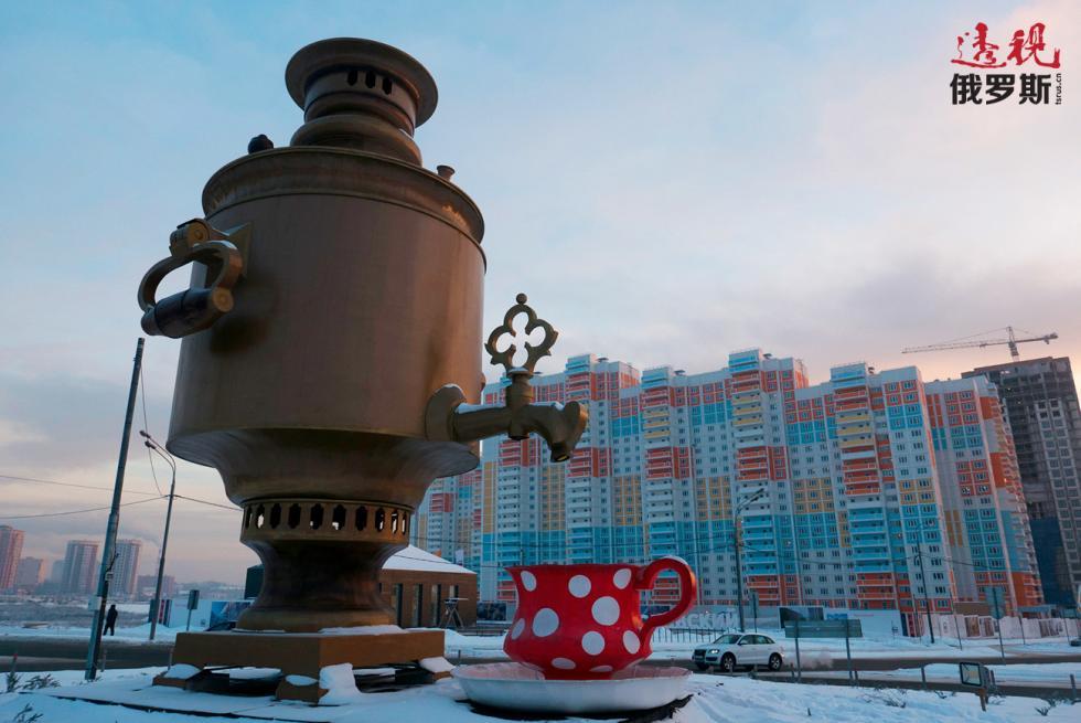莫斯科州梅季希市八米高的茶炊雕塑。图片来源:Grigory Sysoev / 俄新社