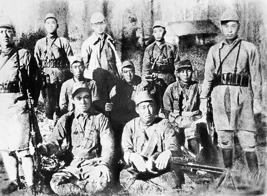 金日成与游击队  。图片来源: 公开资料