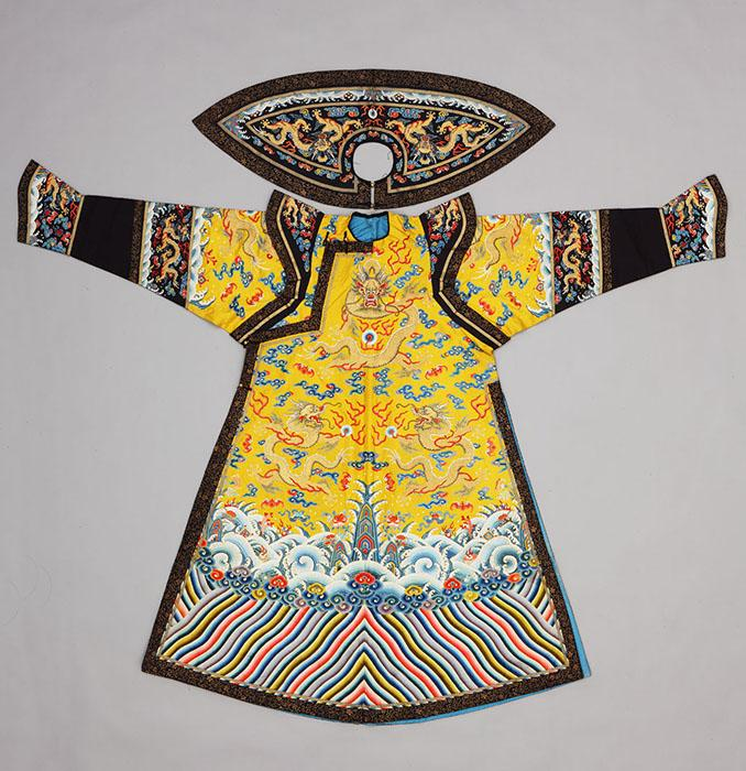 清乾隆皇后朝袍。丝绸,丝线和金线;织造,缝纫,绣花。