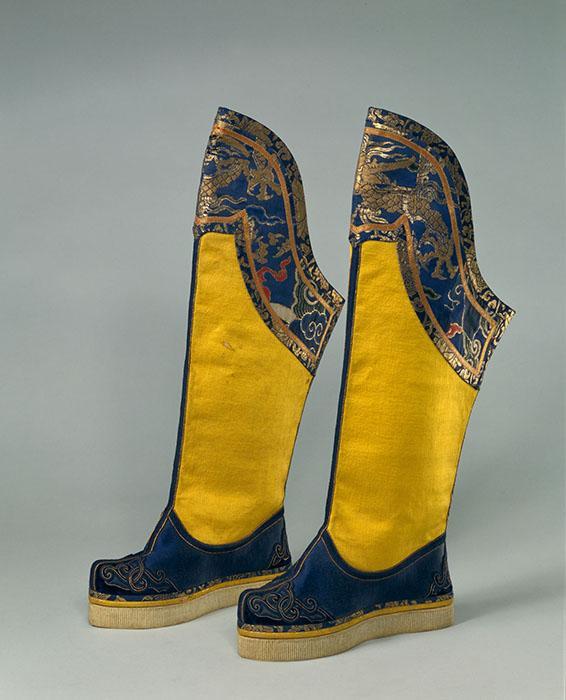 清康熙皇后朝靴。缎,丝绒,皮,木,浆棉,金线。