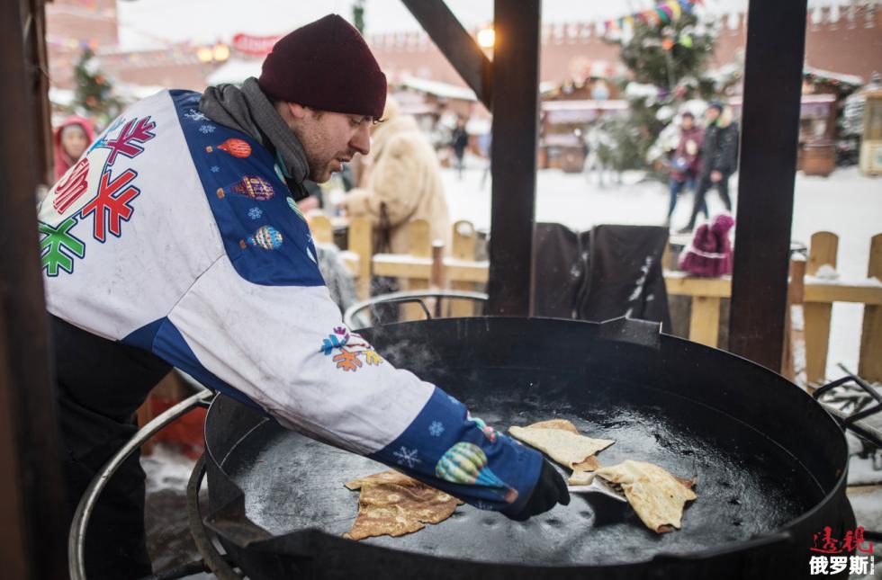 谢肉节期间在莫斯科红场烤煎饼。图片来源:Ilya Pitalev/俄新社