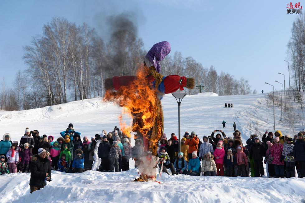 谢肉节期间烧掉谢肉节稻草人。 图片来源:Aleksandr Kryazhev/俄新社