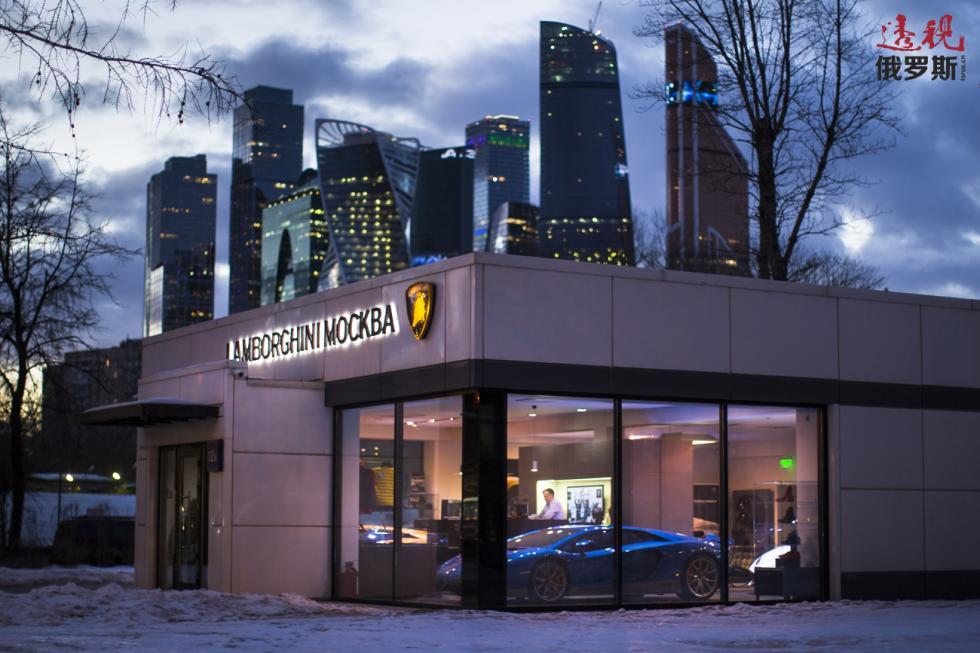 俄罗斯统计局的资料显示,目前莫斯科的月平均工资为8.1万卢布(1220美元),邻近城市则只有3万卢布(450美元,2018年5月份数据)。图片来源:AP