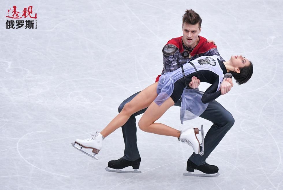 双人滑选手娜塔莉娅·扎比亚科和亚历山大·埃尔别尔特。