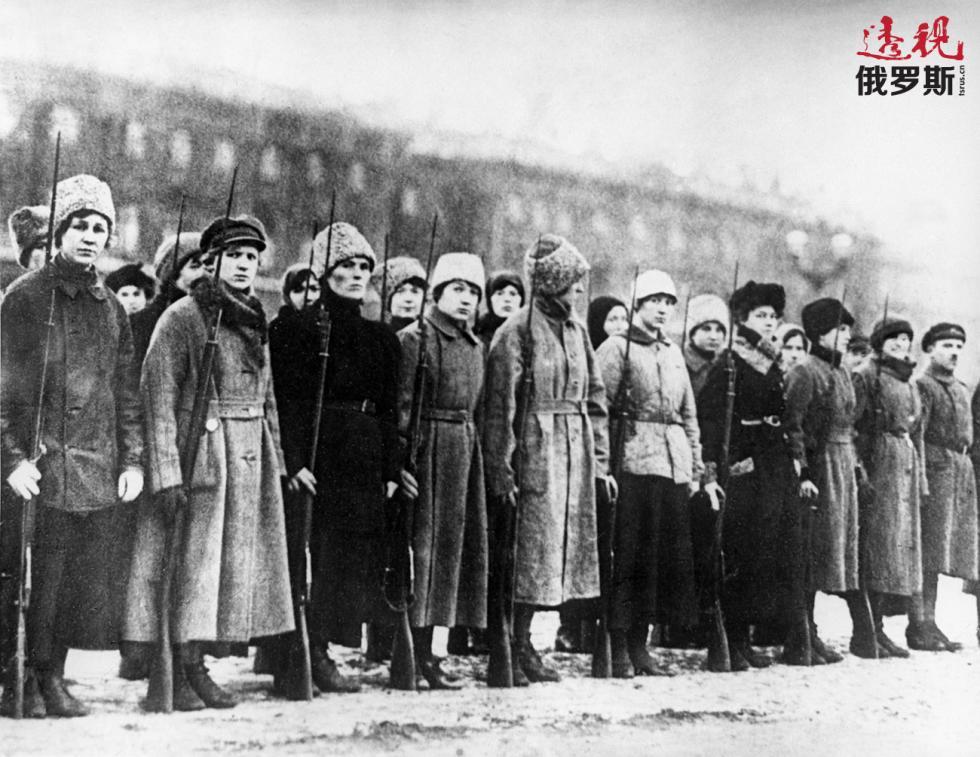1917年10月25日,第一女子战斗营二连为保卫冬宫与布尔什维克部队作战。图片来源:俄新社