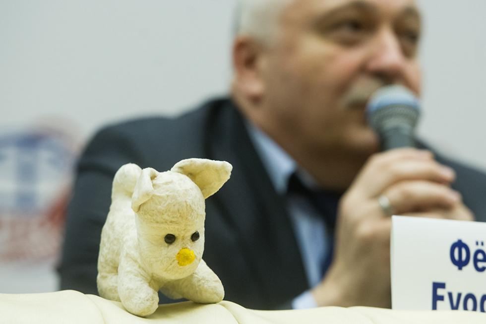 """费奥多尔·尤尔齐辛的""""朋友"""",一只玩具狗。图片来源:Press service of Yu.A.Gagarin Research & Test Cosmonaut Training Center"""