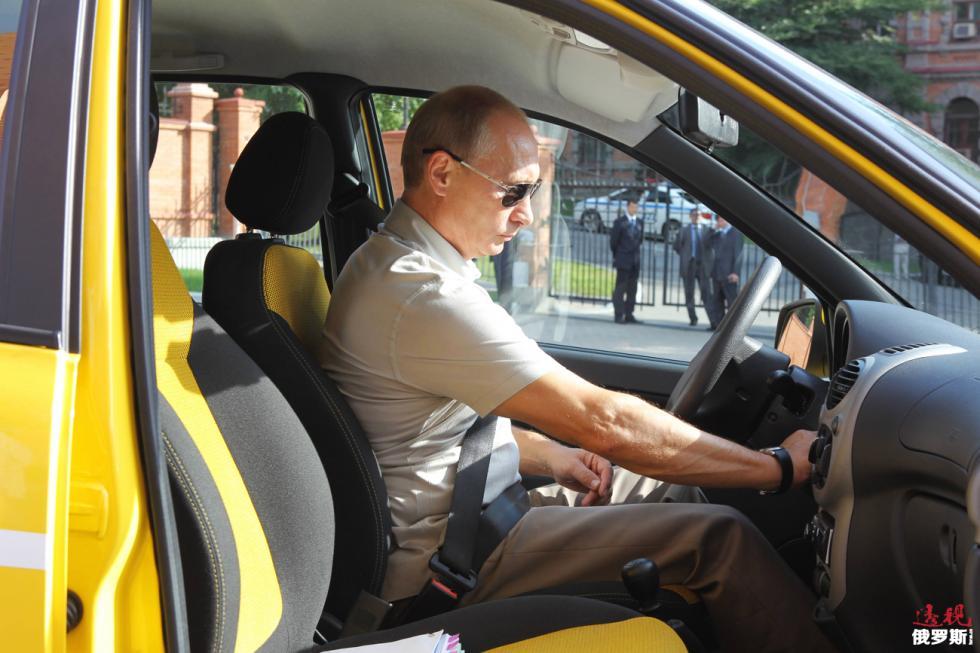 普京行驶拉达牌汽车,俄罗斯,哈巴罗夫斯克,2010年。图片来源:路透社