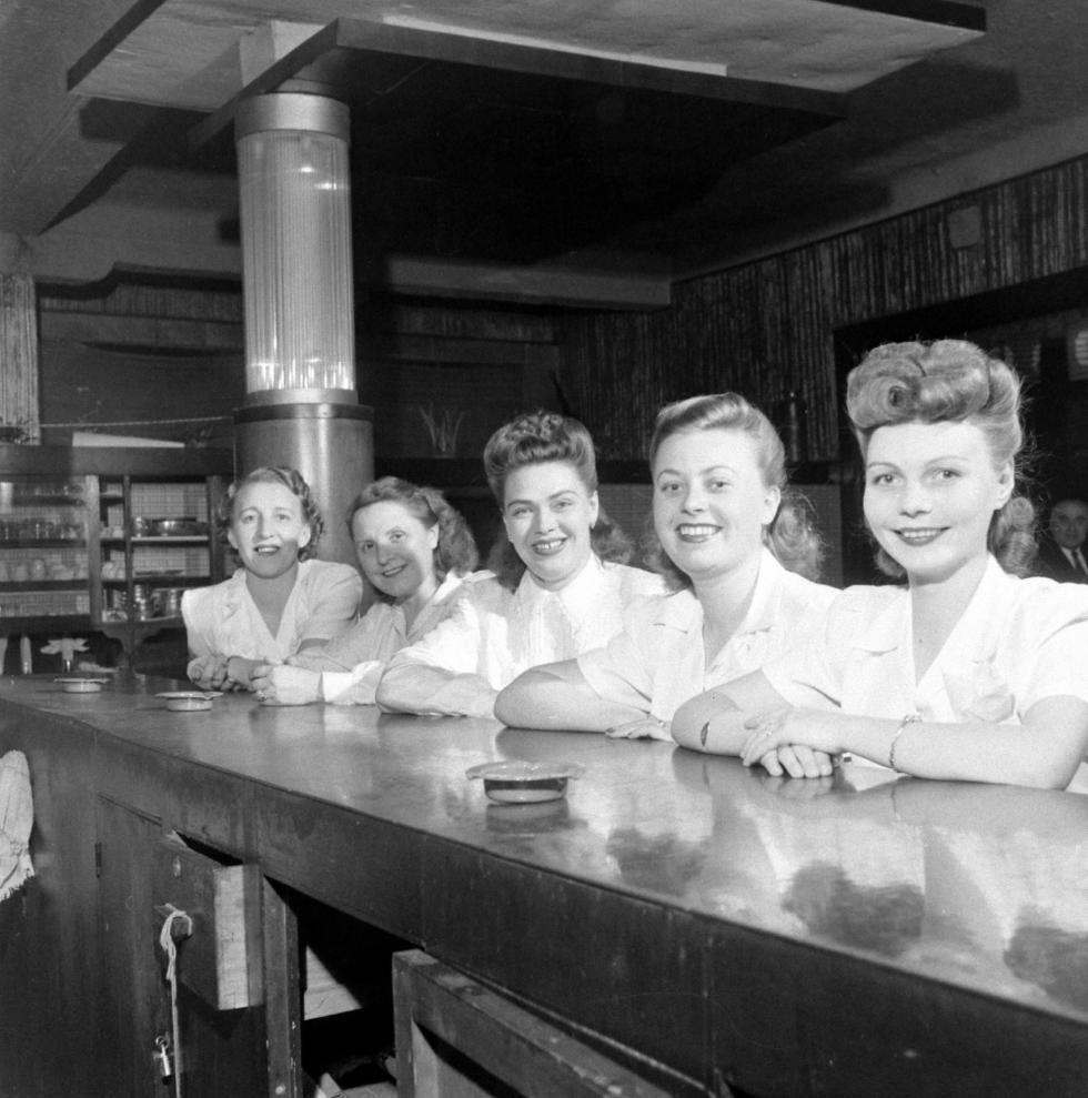 俄罗斯餐厅的女服务员。图片来源: Jack Birns, Life Magazine