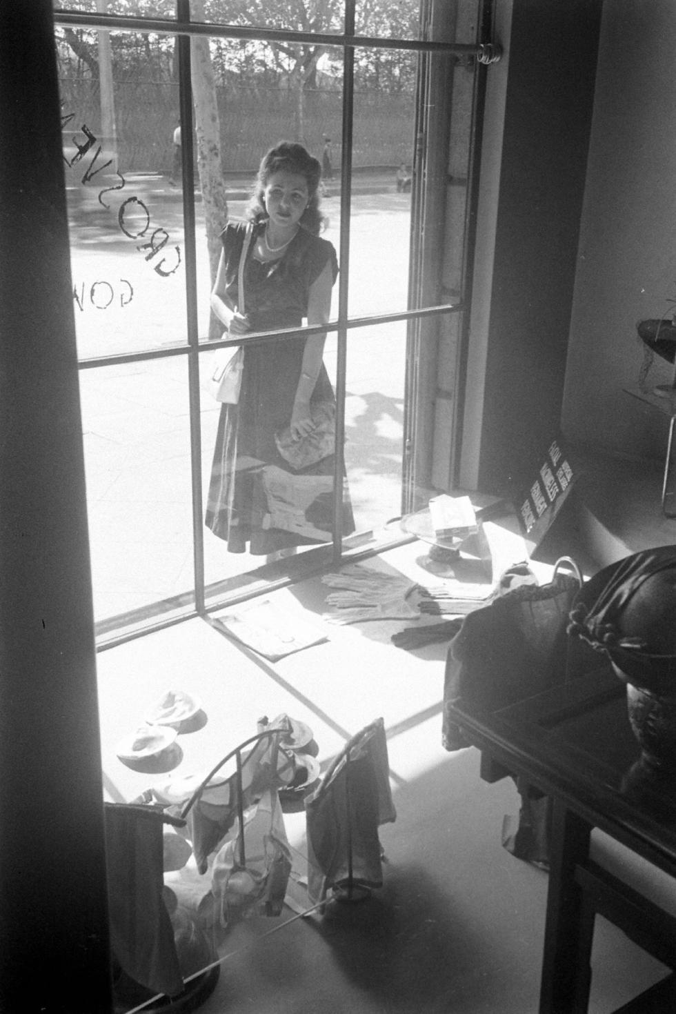 高纳公寓(Grosvenor Gardens)的商业区,1949年。 图片来源:Katya Knyazeva/Jack Birns