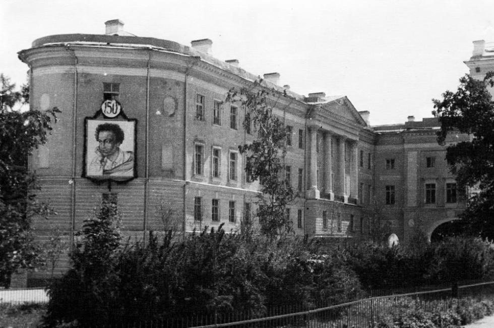 皇村中学纪念博物馆建筑,1949年。图片来源:www.museumpushkin.ru