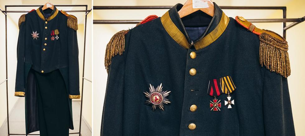 亚历山大·格里鲍耶陀夫的《聪明误》中的斯卡洛祖布(Skalozub)的服装。摄影:Mark Boyarsky