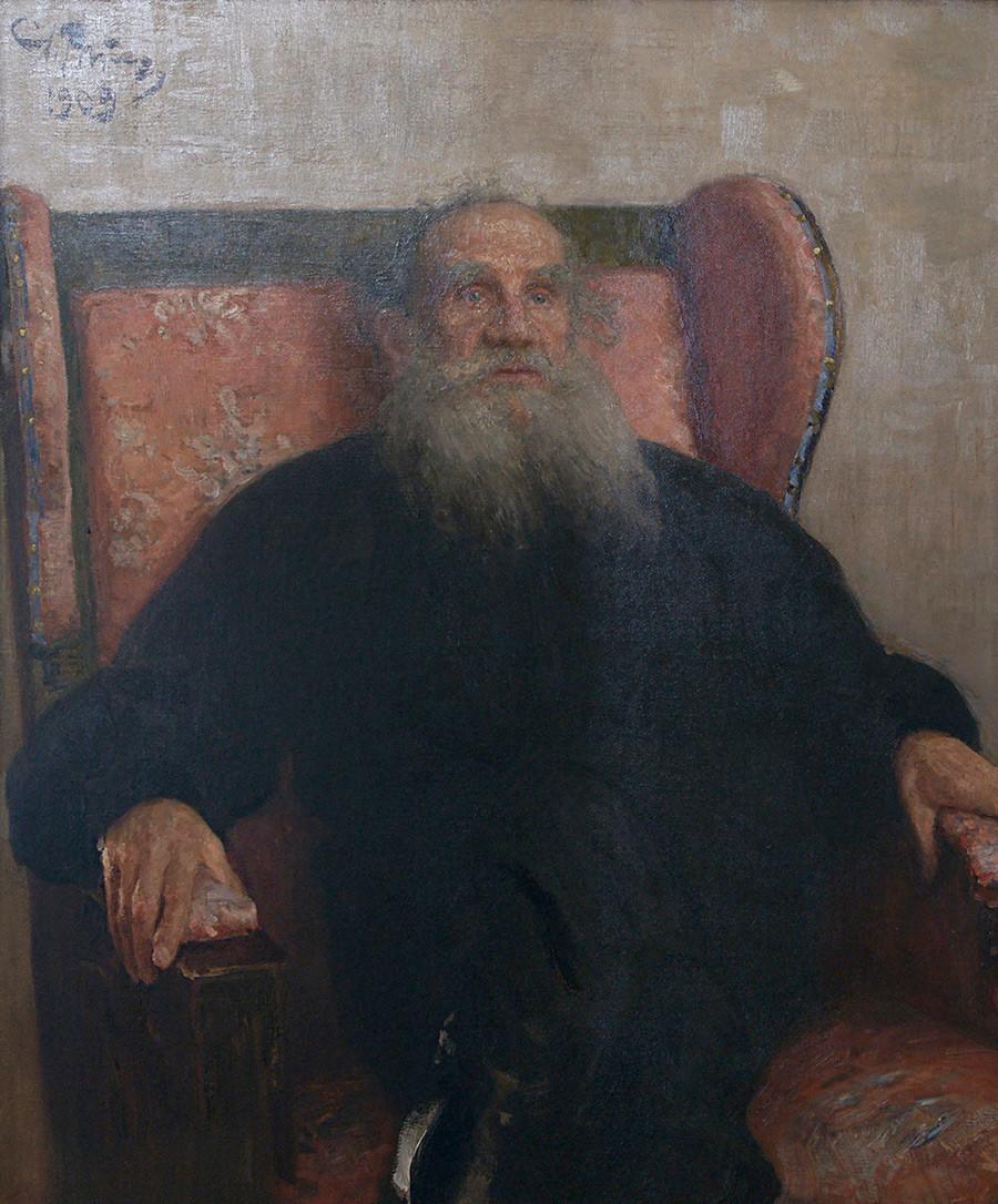 《列夫·尼古拉耶维奇·托尔斯泰坐在粉色的沙发椅上》,1909年。图片来源:The Leo Tolstoy State Museum