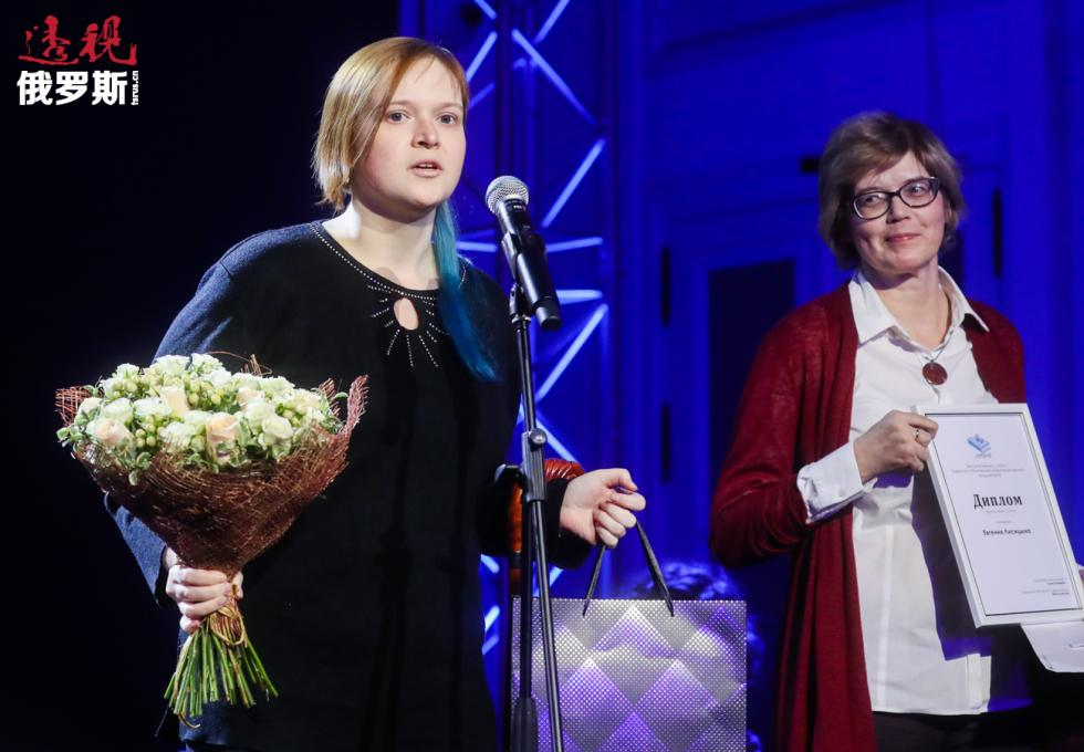 图书博客叶夫根尼娅·利希岑娜(左)与作家迈亚·库切尔斯卡亚(Maya Kucherskaya)。图片来源:Vyacheslav Prokofyev / 塔斯社