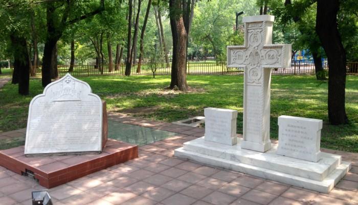 1997年大使馆院内由莫斯科和全俄罗斯大牧首阿列克西祝圣,安置了一个纪念传道团历史、中国东正教徒及俄国汉学家的十字架。