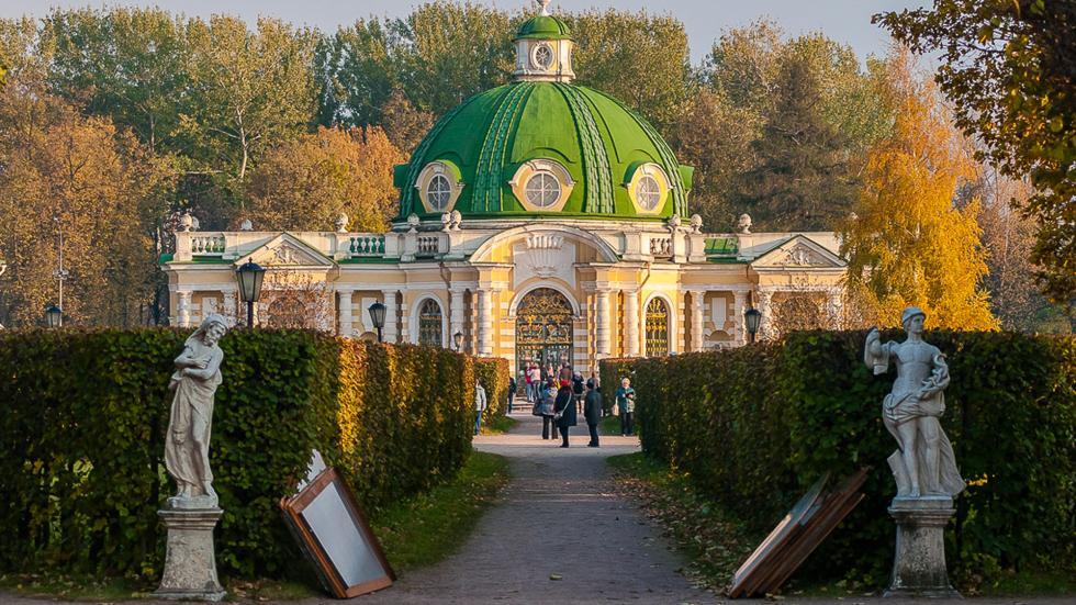 """庄园最具异国情调的装饰之一是巴洛克风格的""""石窟馆""""。此类建筑十六世纪出现在意大利的花园和公园中。摄影:Vadim Razumov"""