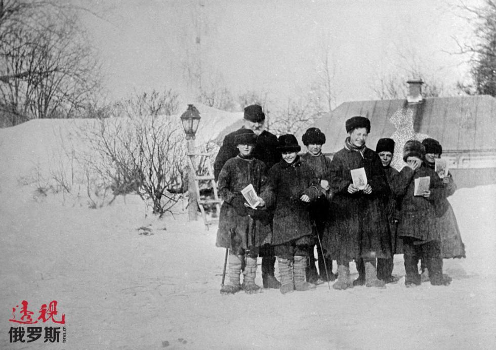 1908年。列夫·托尔斯泰与他的学生。图片来源:Yury Abramochkin / 俄新社