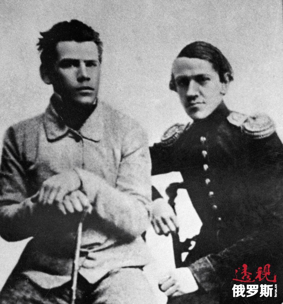 列夫·托尔斯泰(左)与他的哥哥尼古拉·托尔斯泰。图片来源:俄新社
