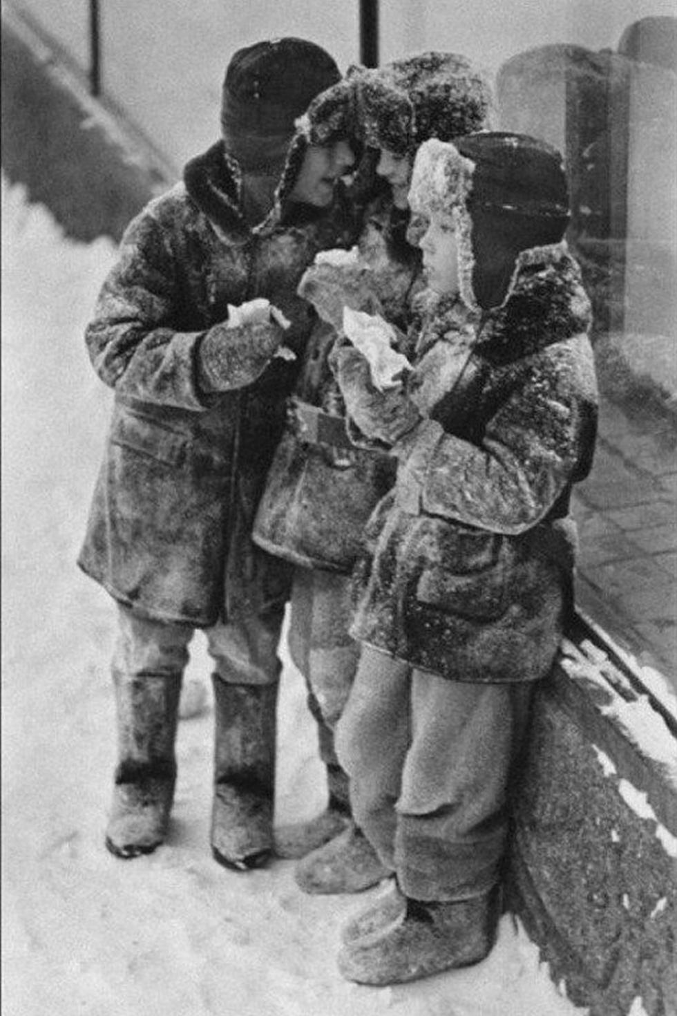 苏联孩子戴着护耳冬帽  来源: rg.ru