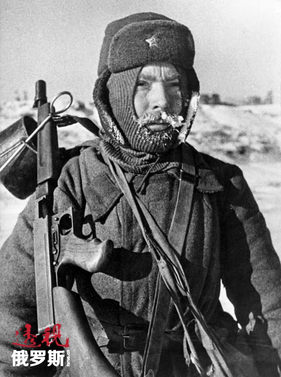1943年,斯塔林格勒战兵戴着护耳冬帽 Georgy Zelma/俄新社