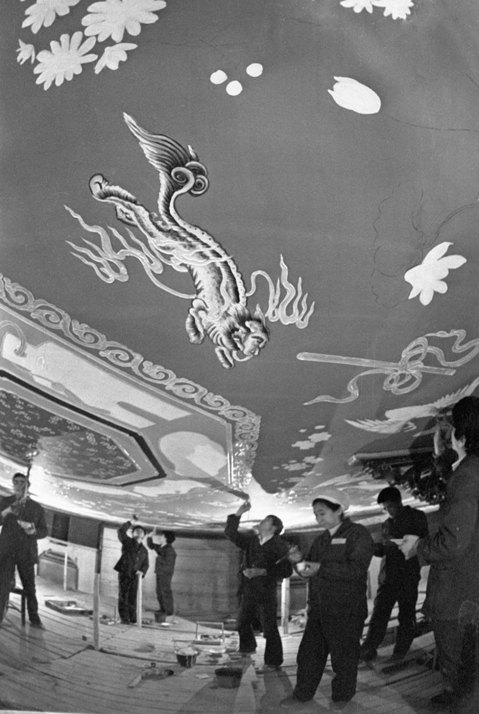 中国专家在北京饭店从事修复工作,1978年。图片来源:俄新社
