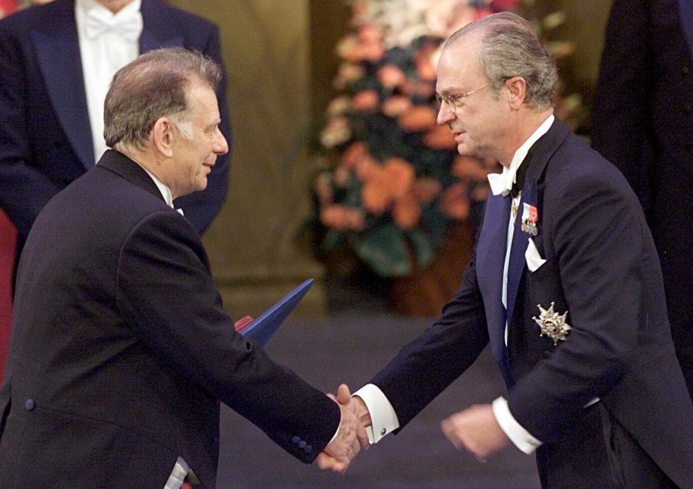 俄罗斯科学家获得诺贝尔奖。2000年,瑞典皇家科学院向苏联和俄罗斯科学家若列斯·阿尔费罗夫(Zhores Alferov)和德国物理学家赫伯特·克勒默(Herbert Kroemer)颁发诺贝尔物理学奖,以表彰他们在1960年代后期开发了用于高速和光电子学的半导体异质结构,这标志着20世纪90年代开始的移动通讯的发展。 / AP