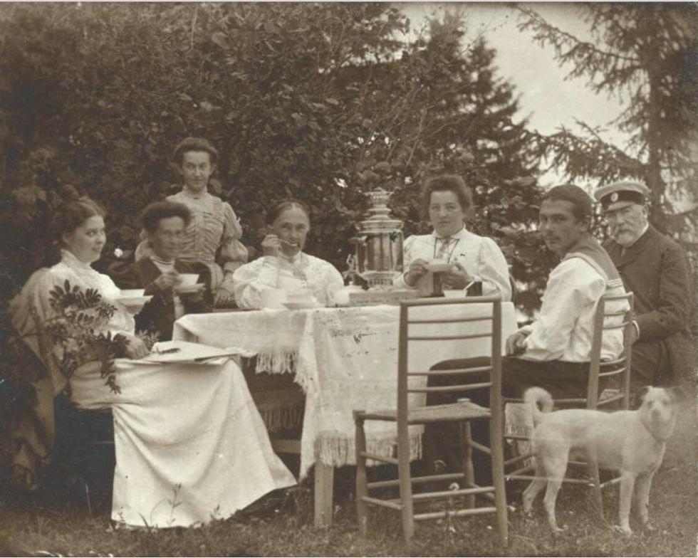 1906年。在别墅喝茶的家庭。