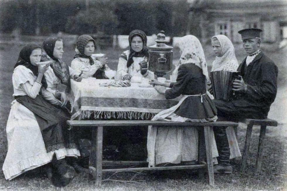 村里喝茶的年轻人。摆拍。19世纪末-20世纪初。
