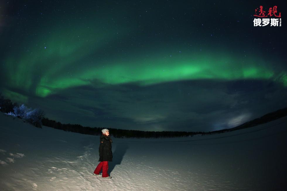 游客在摩尔曼斯克看北极光。图片来源:Pavel Lvov / 俄新社
