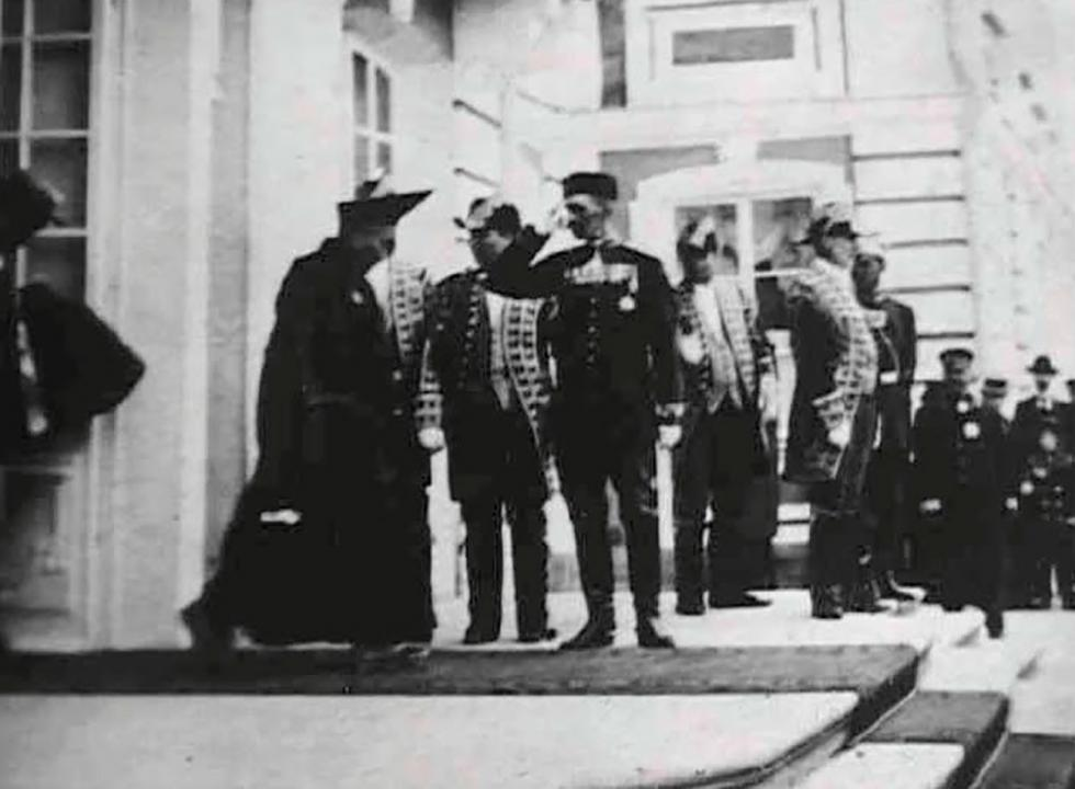 1901年,圣彼得堡,阿旺·德尔智跟俄罗斯沙皇会见之后离开彼得夏宫 / Andrey Terentiev Collection