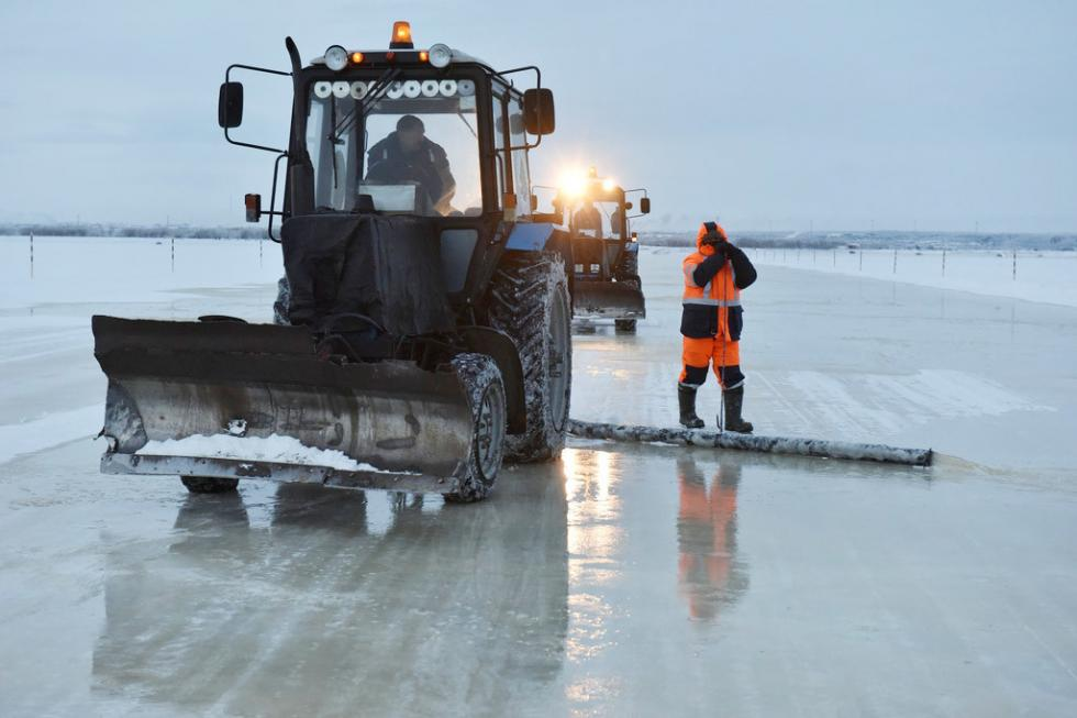 工作人员造成冰渡路 / Olga Sytnik