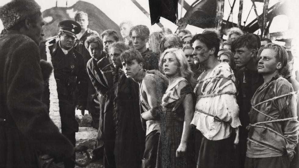 《青年近卫军》电影中的镜头。图片来源:Sergei Gerasimov/Gorky film studio, 1948