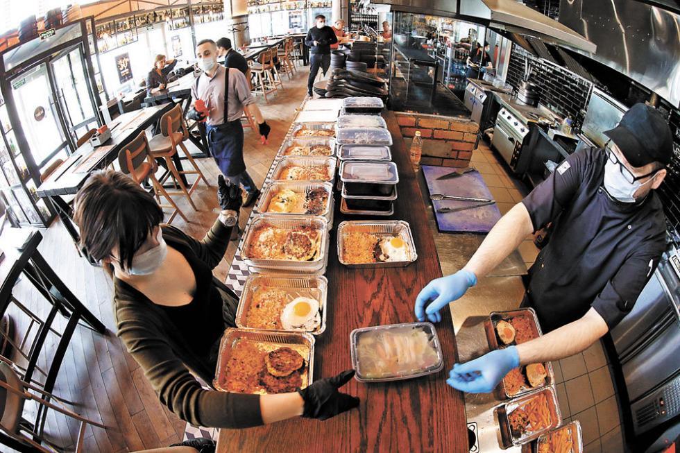 莫斯科的Zames咖啡馆的厨师和服务员戴着口罩,用一次性餐盒包装食物给一线医生送餐。 / Sergey Kuksin/俄罗斯报社