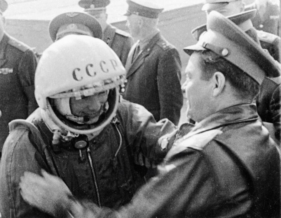 尤里·加加林起飞前同朋友们告别。 图片来源:俄新社
