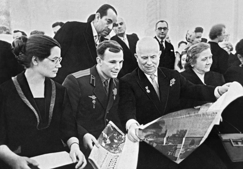 苏联领导人尼基塔·赫鲁晓夫和妻子妮娜在莫斯科克里姆林宫接见尤里·加加林和妻子瓦莲京娜。图片来源:俄新社