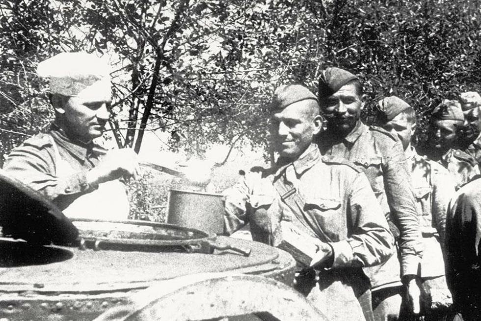 伟大卫国战争时,士兵在野外用餐 / Press Photo