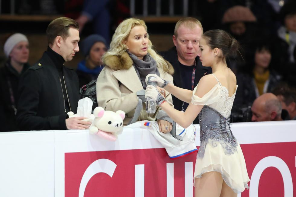 阿丽娜·扎吉托娃和她的教练埃杰里·图特别里泽。图片来源:路透社
