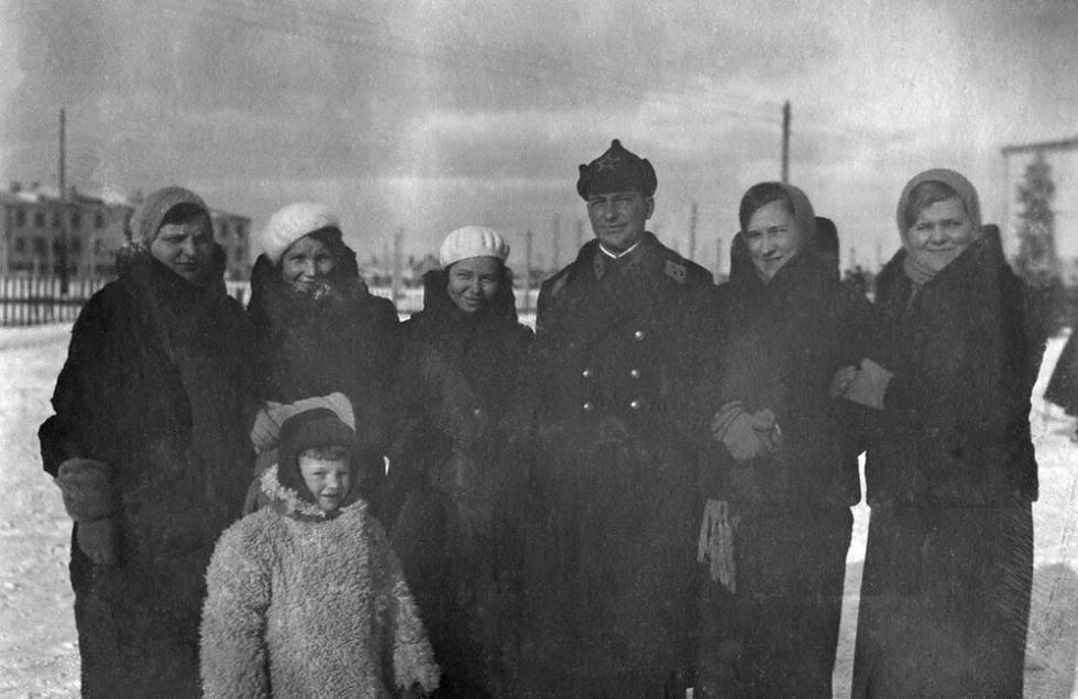 军事小镇柳别尔齐市飞行员志愿者的妻子 / Press Photo