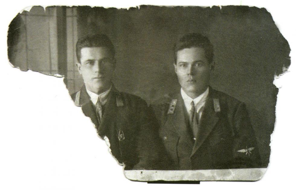 这张丈夫菲利普·古雷(右)与战友的照片安娜保存了一辈子。她活了101岁。 / Press Photo