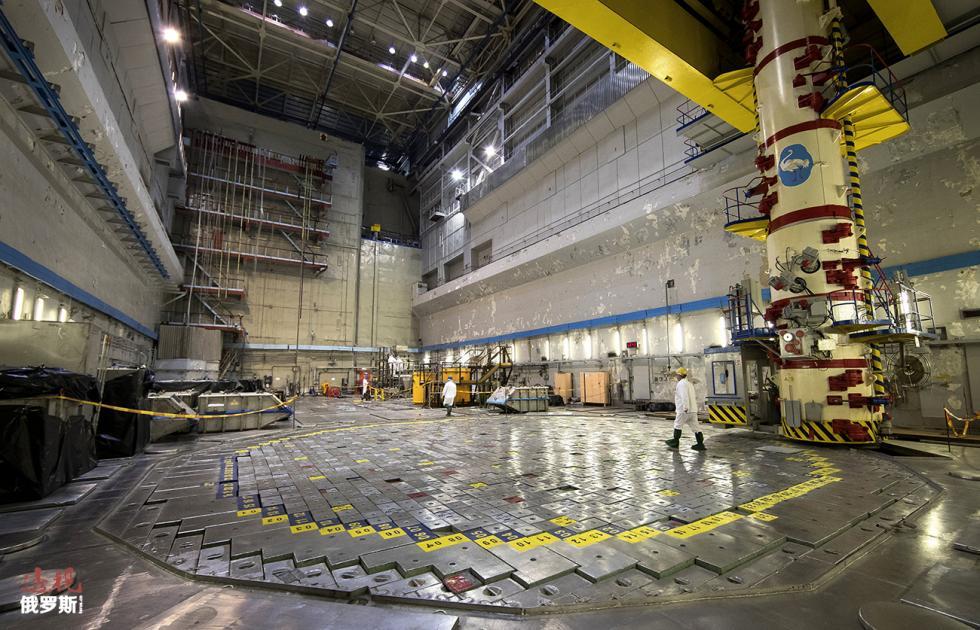 工作人员走在核电站原子反应堆地面上, 涞源: Mindaugas Kulbis/AP