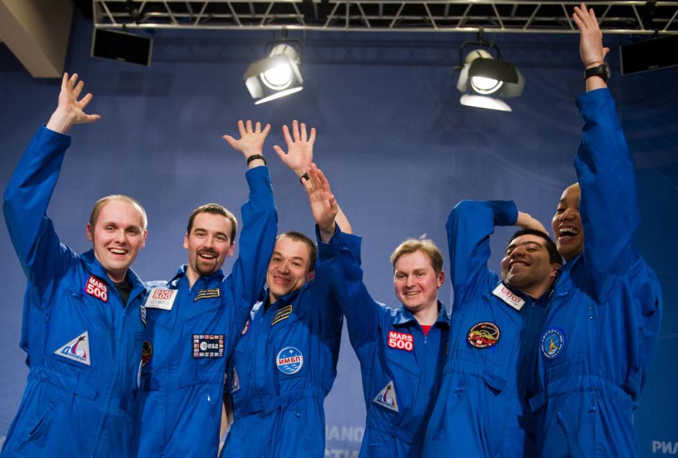 """""""火星-500""""国际项目的参与者结束520天隔离后 。图片来源:Ilya Pitalev / 俄新社"""