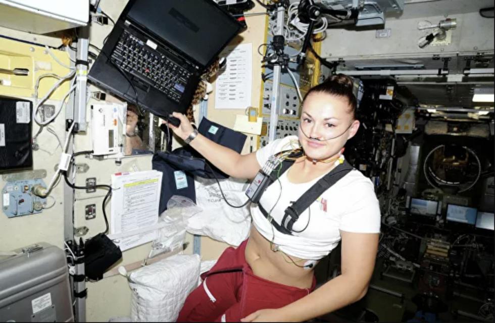 """一名""""月球-2015""""项目参与者在改装后的""""火星-500""""实验舱内。图片来源:Press photo"""