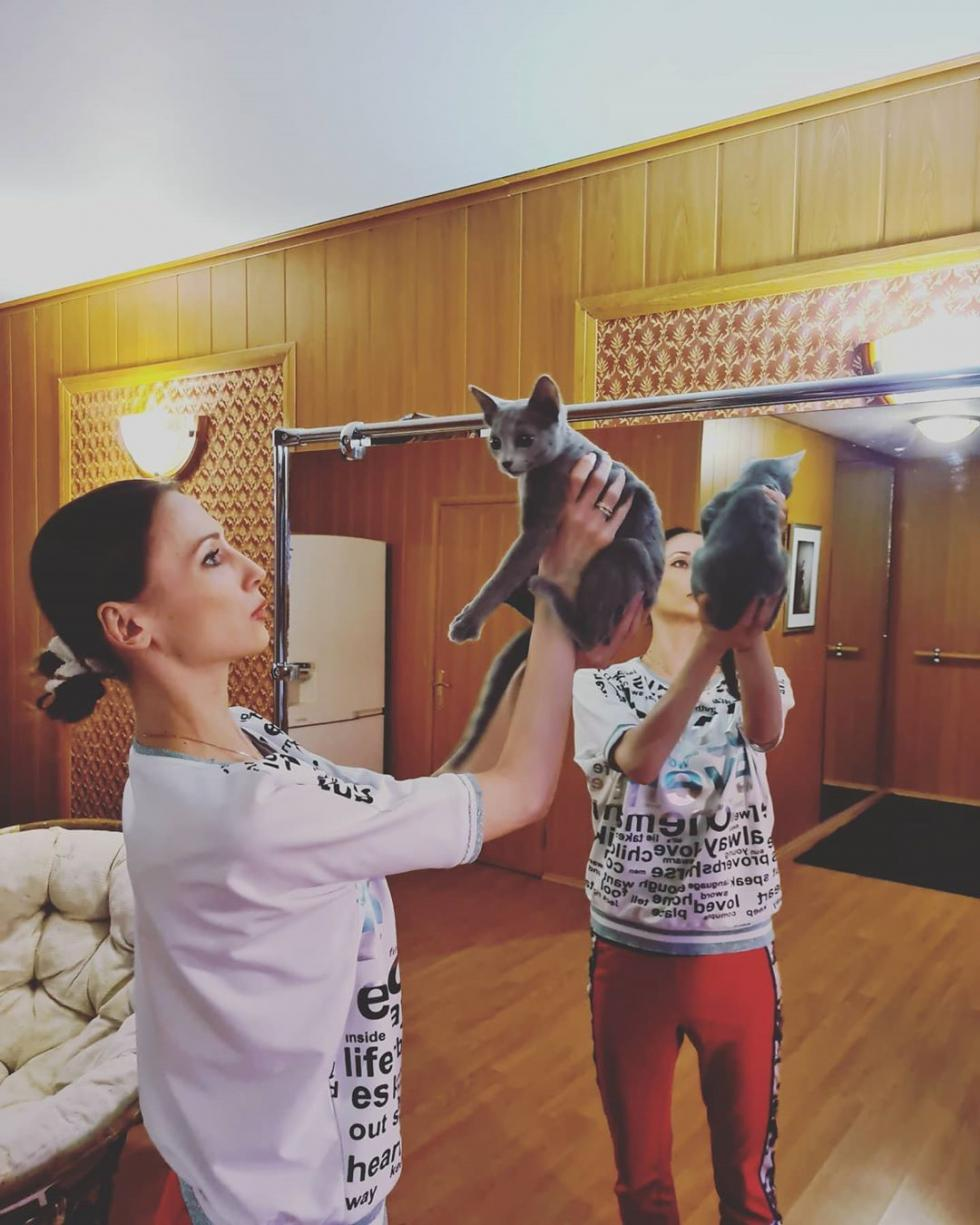 我还养了一只小猫!以前一直养狗,但想养猫已经一年了,所以就养了。是只俄罗斯蓝猫,很调皮,精力旺盛,体型瘦长,非常漂亮,令人喜爱。现在我正学着怎么跟它相处呢。 / 来源:Svetlana Zakharova的Instagram社交网络